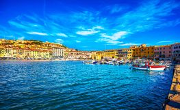 Elba-Insel, Portoferraio-Dorfhafen und Skyline Toskana, stockbild