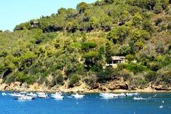 Elba Island, fartyg, klippor och horisont, Bagnaia stad, Tuscany Arkivfoto