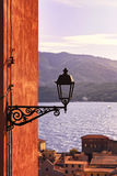 Elba, opinión de lámpara de calle de Portoferraio sobre el mar en puesta del sol toscano imágenes de archivo libres de regalías