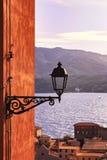 Elba sikt för Portoferraio gatalampa på havet på solnedgång tuscan royaltyfria bilder