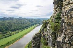 Elbe dal i Sachsen sandstenberg Arkivfoto