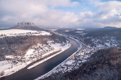 Elbe dal med berget Pfaffenstein royaltyfri fotografi