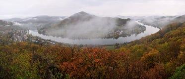 Elbe de vallei van Mlynaruv kamen vooruitzicht in Tsjechische centrale bergen in ochtend op 26 oktober 2018 royalty-vrije stock foto's