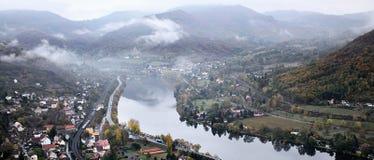 Elbe de vallei van Mlynaruv kamen vooruitzicht in Tsjechische centrale bergen in ochtend op 26 oktober 2018 royalty-vrije stock foto