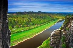 Elbe River sikt från den Bastei bron i anglosaxaren Schweiz, på soluppgång och misten över floden Elbe, nationalparkanglosaxare S arkivbild