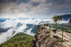 Elbe-Sandstein in den Wolken Stockfotografie