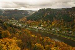 Elbe-Tal in der Tschechischen Republik Stockfotos
