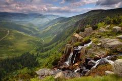 Elbe-Wasserfall Krkonoses im Holz Stockfotografie
