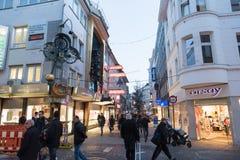 ELBERFELD TYSKLAND - FEBRUARI 15, 2017: Oidentifierade shoppare rusar igenom på av shoppinggatorna och ignorerar det berömda mech Royaltyfri Fotografi