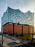 Elbphilharmonie на заходе солнца Стоковые Фотографии RF