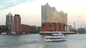 Elbphilharmonie en Hamburgo, Alemania en puesta del sol con el río Elba y el barco turístico 2016 almacen de video