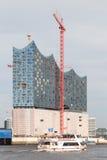Elbphilharmonie und Hafen-Reise-Boot Stockfoto