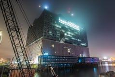 Elbphilharmonien i Hamburg med dimma arkivfoton