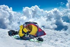 Elbrus登上前沿基地阵营的爬山者  免版税库存图片