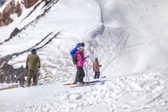 elbrus 山倾斜的滑雪者  库存照片