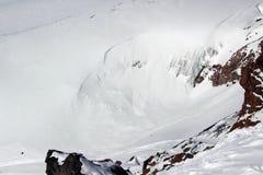 Elbrus di Caucaso del ghiacciaio della valanga del fianco di una montagna di Snowy immagini stock libere da diritti