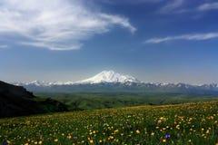 Elbrus e la cresta caucasica principale della montagna Immagini Stock