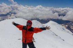 2014 07 Elbrus góra, Rosja: Mężczyzna raduje się przy wierzchołkiem góra Elbrus Fotografia Royalty Free