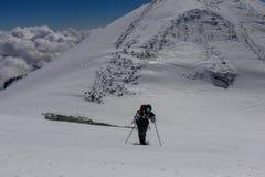 2014 07 Elbrus góra, Rosja: Pojedyncza mężczyzna wspinaczek góra Elbrus Zdjęcie Stock