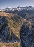 Elbrus-Gebirgsfluss unter dem Schnee Elbrus, Kaukasus, Russland Stockfotografie