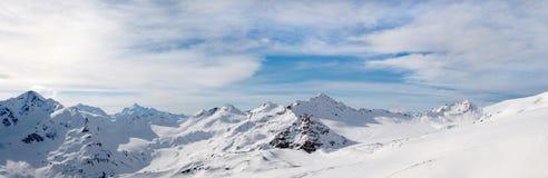 ELBRUS, RÚSSIA: Uma vista panorâmica da cordilheira nevado de Cáucaso perto de Elbrus Imagens de Stock