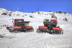 elbrus Schnee, der auf der Steigung des Berges sich pflegt Lizenzfreie Stockfotos