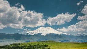 Elbrus zet en Groene Heuvels in Sunny Summer Day op De Kaukasus royalty-vrije stock afbeelding