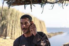 Elbrusmeer, Egypte - JULI 24, 2015: Egyptische mensenbespreking op mobiel Royalty-vrije Stock Afbeelding