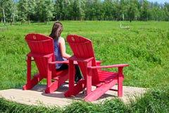 Elch-Insel-Nationalpark, Alberta, Kanada - 24. Juni 2017 - eine junge Frau, welche die Ansicht über Bison Loop Road als Teil geni Lizenzfreie Stockfotografie