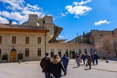 Elciego, à  lawa, Hiszpania Kwiecień 23, 2018: Kamienni budynki wino loch Rioja dzwonili marqués De Rsical z wiele ludźmi h Obraz Royalty Free