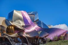 Elciego, à  lawa, Hiszpania Kwiecień 23, 2018: Szczegół wino barwił kruszcowe panwiowe struktury budynek projektujący ar Zdjęcia Royalty Free