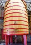 Elciego, à  lawa, Hiszpania Kwiecień 23, 2018: Wielka drewniana balia dokąd winogrona rzucają tak, że zaczynają fermentować w wi Obraz Royalty Free