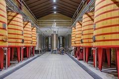 Elciego, à  lawa, Hiszpania Kwiecień 23, 2018: Wnętrze wino loch Rioja dzwonił marqués De Riscal z wielkimi baryłkami dokąd Zdjęcie Royalty Free