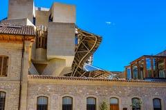 Elciego, lave de  de Ã, Espagne 23 avril 2018 : Le détail de la façade du bâtiment avec les structures en aluminium ondulées a c photographie stock