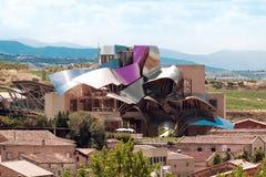 ELCIEGO, SPANIEN - 15. AUGUST: Die moderne Weinkellerei von Marques de Risc stockfoto