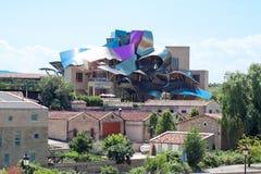 ELCIEGO, SPANIEN - 15. AUGUST: Die moderne Weinkellerei von Marques de Risc Stockfotografie