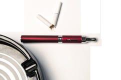 Elctronic-Zigarette gegen Tabak Stockfotos