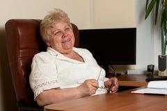 Eldely放松的女商人 免版税库存图片