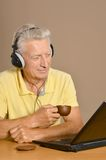 Elder man with laptop Royalty Free Stock Image