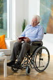 Elder man reading a book Royalty Free Stock Images