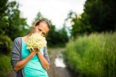 Elderflower de la cosecha de la mujer joven Fotografía de archivo libre de regalías