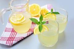 Elderflower-Saft mit Zitrone Lizenzfreie Stockfotografie