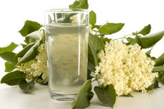 Elderflowersirup in einem Glas stockfotos