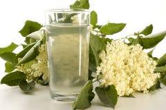 Elderflowersirup in einem Glas Stockfotos
