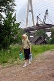 Elderling, som bor i hus under bron, går för vatten Royaltyfri Fotografi
