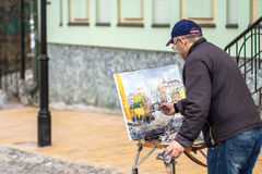 Elderly artist paints a picture of oil in Andrew's Descent Royalty Free Stock Photos