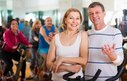Elderly couple exercising in gym Royalty Free Stock Photography