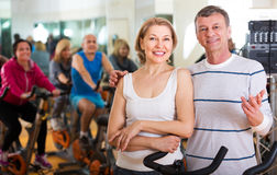 Elderly couple exercising in gym Royalty Free Stock Images