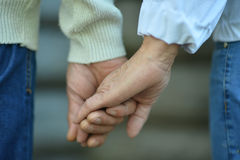 Elderly couple holding hands Royalty Free Stock Photos