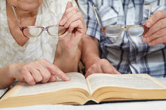 An elderly couple reading a book Royalty Free Stock Photography
